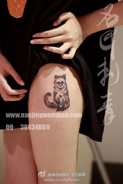 女生腿部可爱潮流的小狐狸纹身图案;