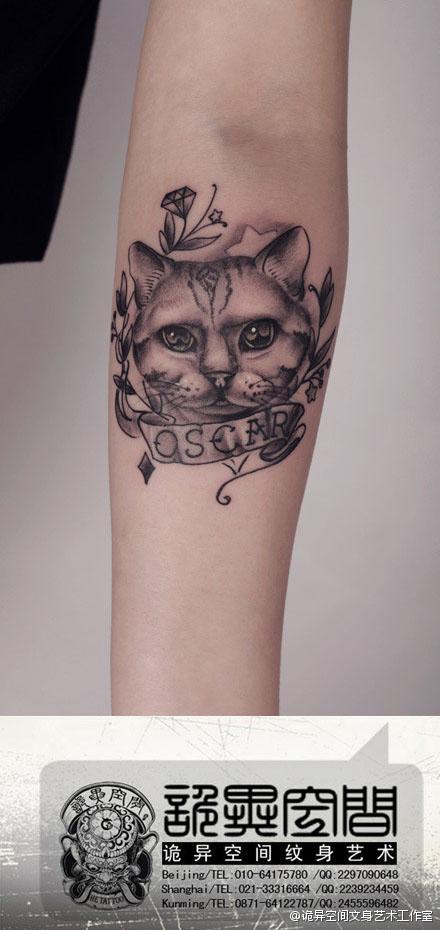 女生手臂一款潮流经典的黑灰猫咪纹身图案 (440x930)