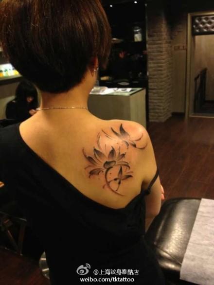 女生后肩背唯美的黑灰莲花与蝴蝶纹身图案