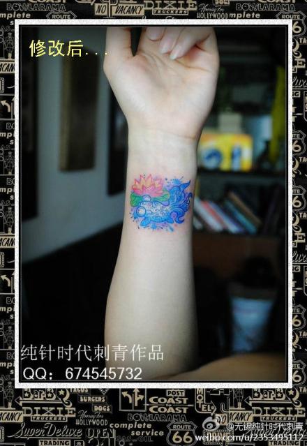 女生手腕小巧精美的小金鱼纹身图案