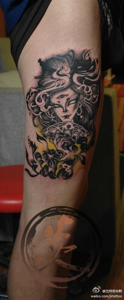 欧美女生手臂彩色花女人纹身_纹身图案