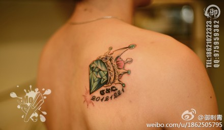 女生后背时尚经典的燕子与樱花纹身