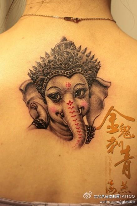 女生后背可爱时尚的象神纹身图案