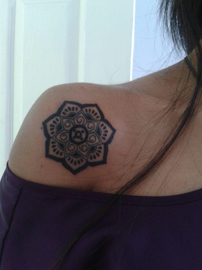 分享一款美女肩膀莲花纹身图案图片