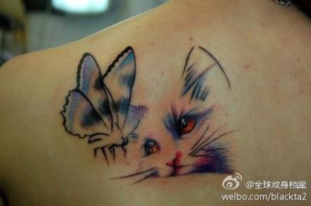 女生肩背可爱的猫咪与蝴蝶纹身图案