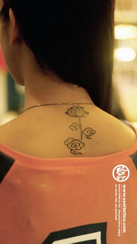 女生后背唯美精美的莲花纹身图案