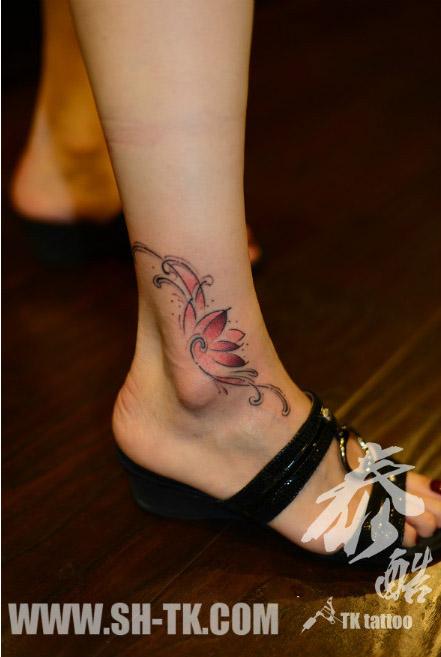 女生脚踝处唯美很漂亮的莲花纹身图案