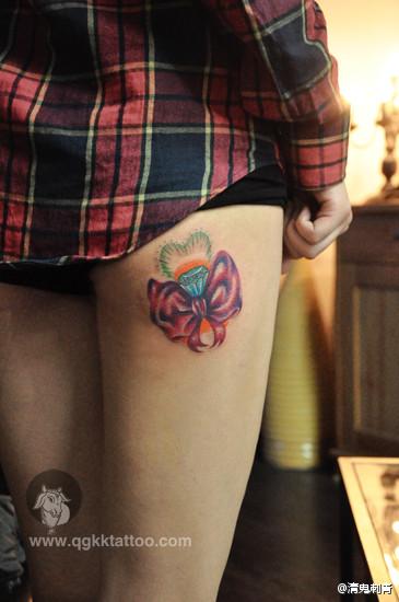 美女大腿处潮流精美的蝴蝶结纹身图案图片