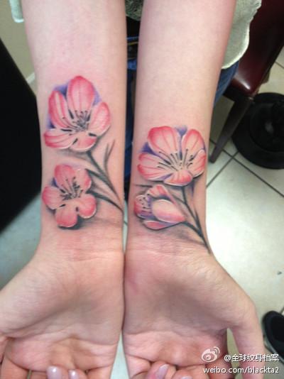 手臂飘落的桃花纹身图案