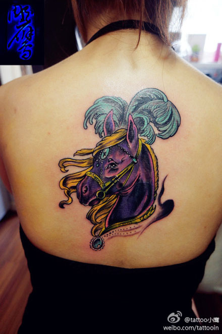 美女后背时尚潮流的马纹身图案