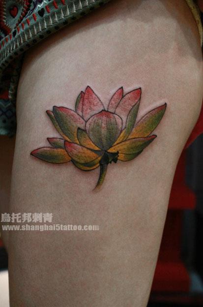 美女腿部唯美潮流的彩色莲花纹身图案