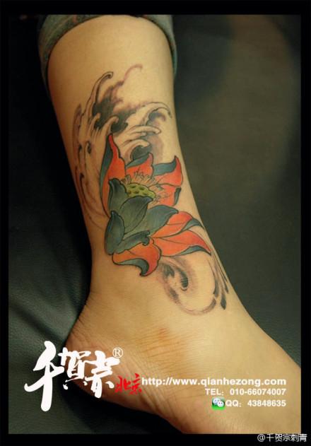 女生腿腕精美的传统莲花纹身图案