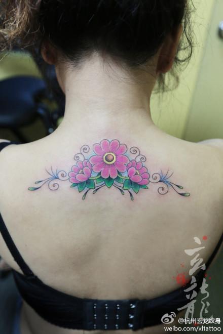 女生后背唯美漂亮的花卉纹身图案
