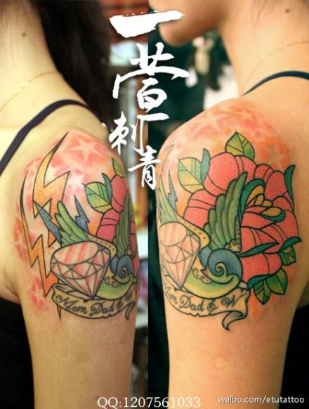 女生手臂小巧潮流的燕子钻石玫瑰纹身图案