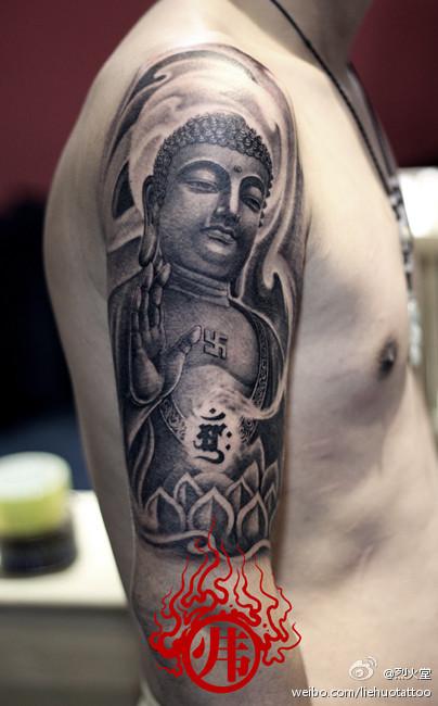 男生手臂时尚很酷的黑灰佛头纹身图案图片