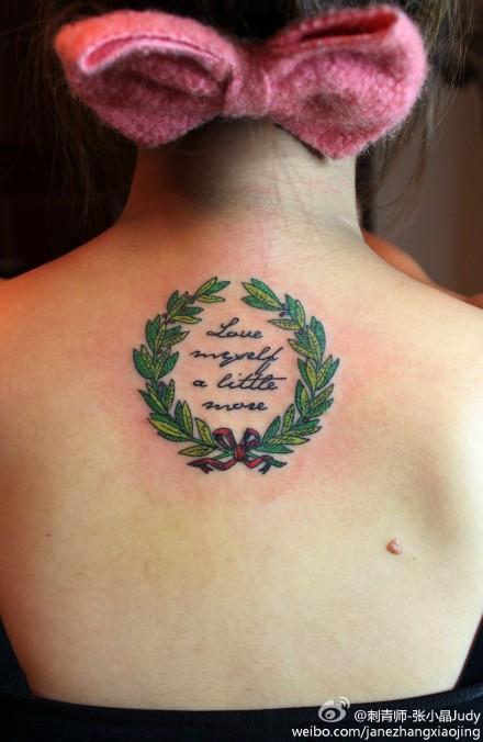 女生后背唯美潮流的花环字母纹身图案 (440x676)