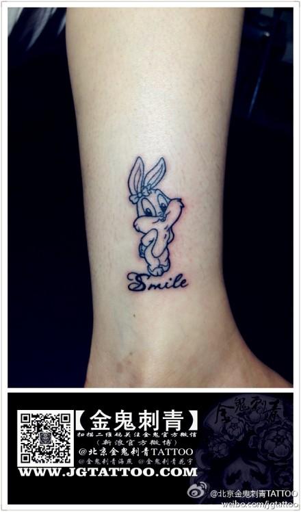 女生腿部可爱潮流的小兔子纹身图案