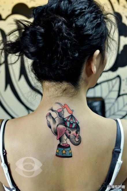 女生后背可爱的大象纹身图案