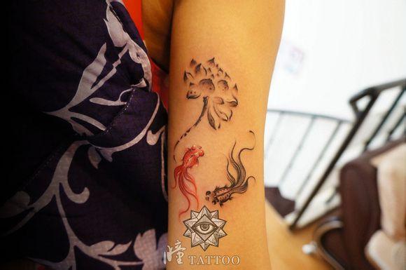 女生手臂唯美潮流的水墨写意莲花与金鱼纹身图案