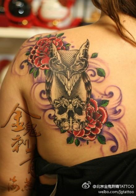 女生肩背潮流时尚的猫头鹰纹身图案