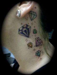一款简约个性的耳后钻石纹身图案