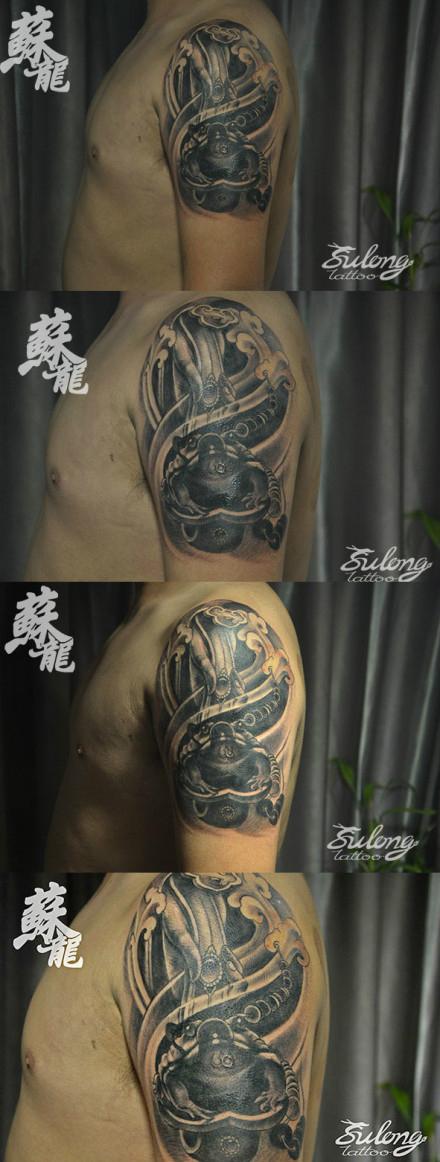 手臂经典的黑灰佛手如意金蟾纹身图案