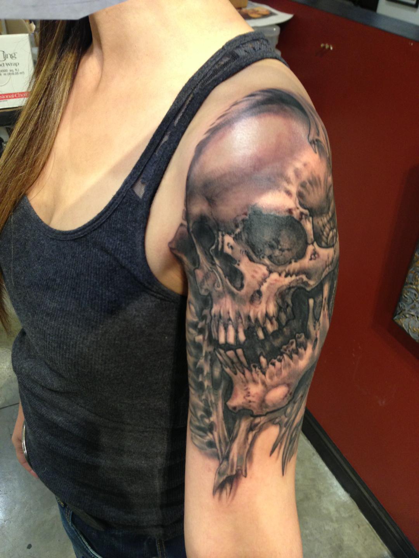 女人一款霸气十足的大臂佛头纹身图案