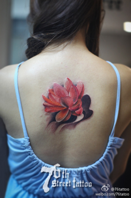 女生后背唯美精美的彩色莲花纹身图案