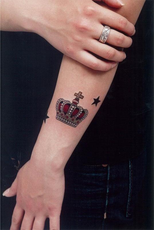 分享一款经典时尚的小臂皇冠纹身图案