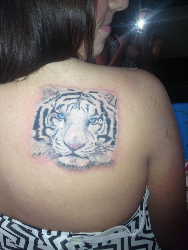 美女一款霸气经典的肩胛骨老虎纹身图案