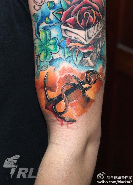 手臂时尚潮流的一款彩色船锚纹身图案