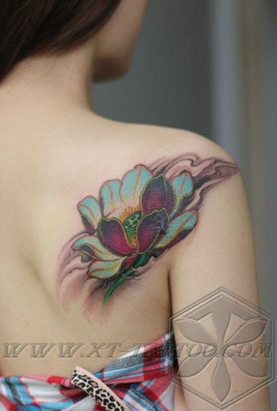 美女后肩背唯美经典的传统莲花纹身图案