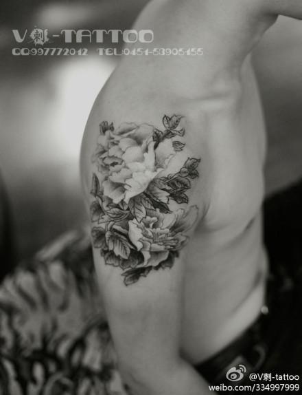 男生手臂唯美潮流的黑灰牡丹纹身图案