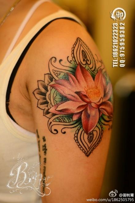 手臂时尚潮流的彩色莲花纹身图案