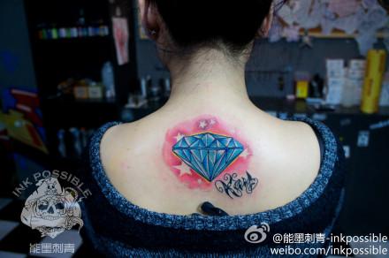 女生后背潮流的彩色钻石纹身图案