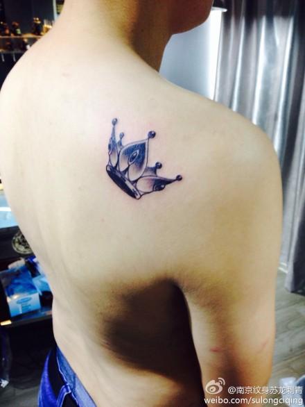 灰皇冠纹身图案