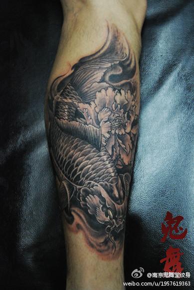 男生腿部潮流经典的黑灰鲤鱼纹身图案图片