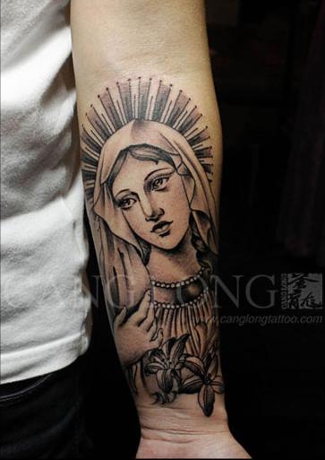 手臂潮流时尚的圣母玛利亚纹身图案