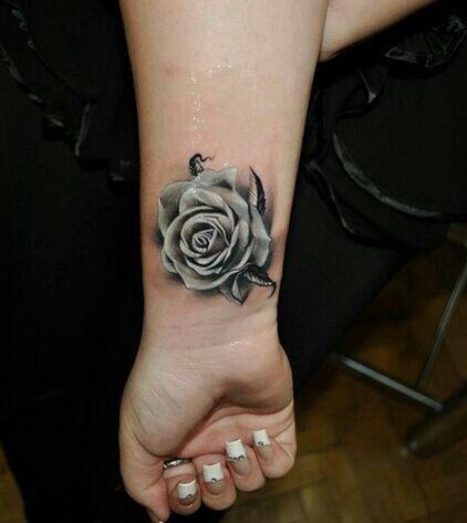 一款时尚经典的手腕玫瑰花纹身图案图片