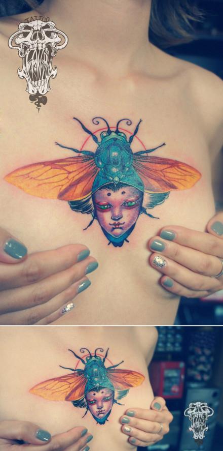 女生胸前时尚经典的甲虫纹身图案