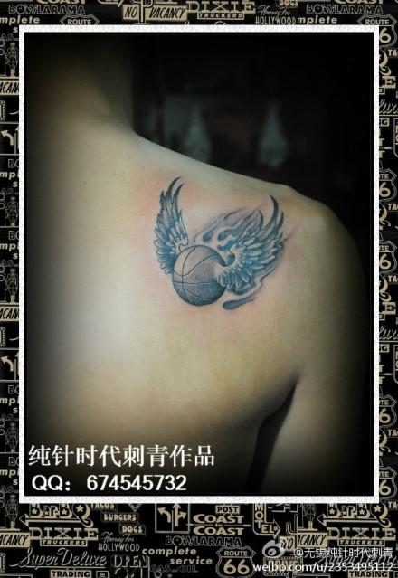 男生肩背一款小篮球纹身图案
