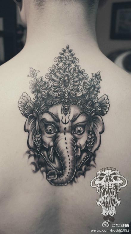 男生后背眼神很帅的象神纹身图案
