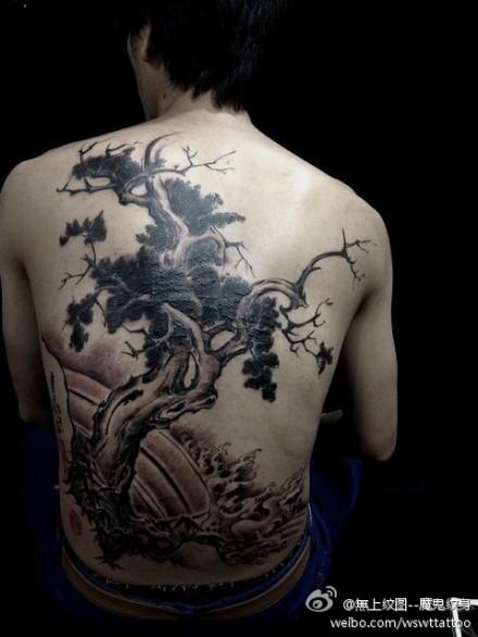 后背经典的松树纹身图案