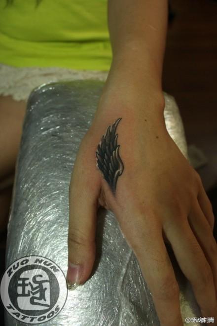 女生手部虎口黑灰翅膀纹身图案 (440x660)-标签 小清新纹身手部纹图片
