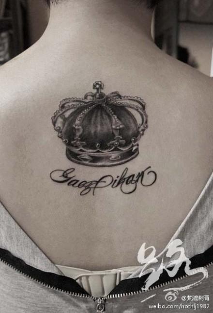 女生后背潮流时尚的皇冠纹身图案