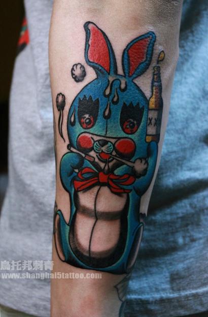 手臂彩色兔子纹身图案