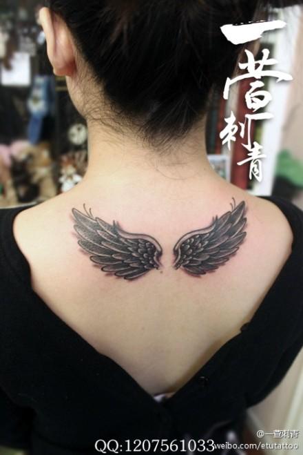 后背翅膀一款黑灰女生女生图案被害纹身攀枝花图片