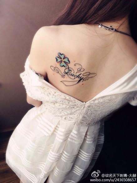 女生肩背好看的四叶草与字母纹身图案