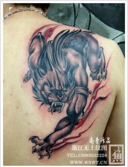 男人后肩背很酷的神兽纹身图案