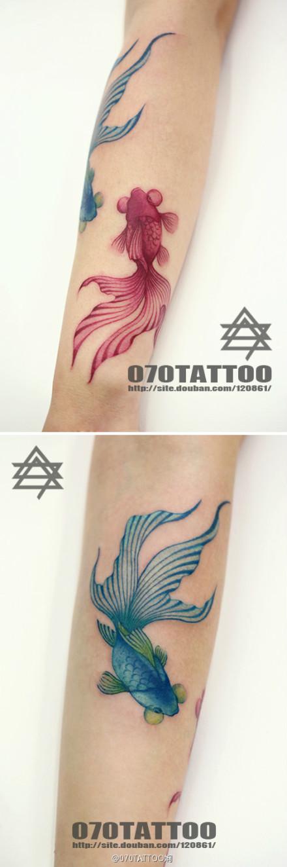 手臂潮流时尚的小金鱼纹身图案